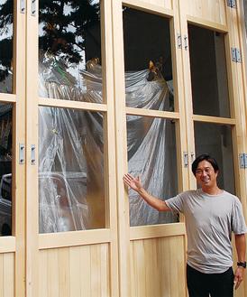 ガラス窓を設置した御神庫を案内する田代委員長