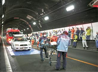 救助者を搬送する救急隊