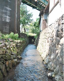 いまでも旧街道脇を流れる小田原用水