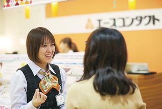 身振りを交えながら、笑顔で接客をする山崎さん