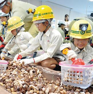 小田原ガス職員らの指導を受けながら、楽しそうにガス漏れ箇所を探す子どもたち