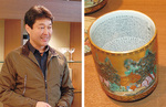 松崎屋陶器店の曽我英孝さん(左)。九谷焼の飾り湯呑みは内側に極小の文字が書き込まれている