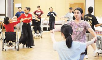 車椅子ダンスの実習に励む学生ら
