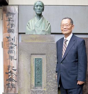 創立者新名百刀女史像の前に立つ水野浩理事長・学校長