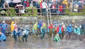 「池の水ぜんぶ抜く」の収録の様子(3月)