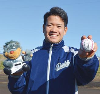 ボールを手に笑顔を見せる福田投手