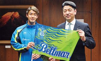 秋野選手(左)と加藤市長