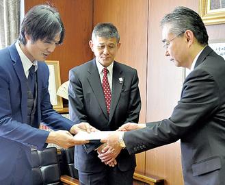 要望書を手渡す對馬太陽支部長(左)