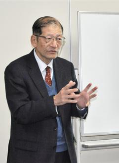 フードバンクの現状や課題を説明する本岡さん