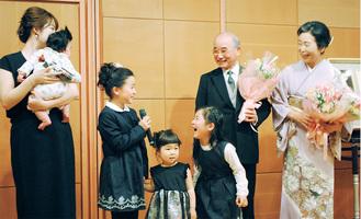 孫から祝福を受ける渡邉さん(右から2人目)
