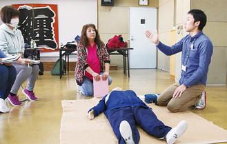 応急手当の指導を学ぶ講習生