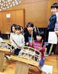 学んだ小太鼓も他学年の児童らに指導