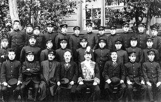 東京高等師範学校徒歩部。前列左から2人目が金栗四三、5人目は嘉納治五郎校長、6人目が監督の可児徳、後列右から3人目が渋谷先生