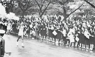 お堀端通りを通過する1964年の聖火リレー提供:小田原市デジタルアーカイブ