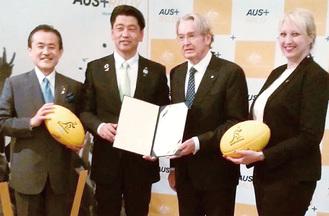 リチャード大使から認定証を受け取る加藤市長(中央左)