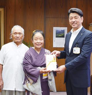 寄付金を手渡す会主の鈴木二三子さん(中央)
