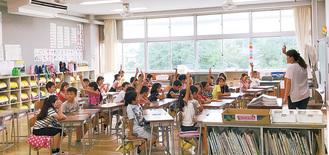 エアコンが稼働する教室で授業を受ける児童(三の丸小)