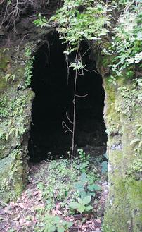 特殊地下壕とみられる硬い岩壁に掘られた8畳ほどの穴