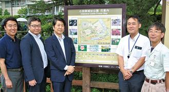 花案内看板を前に、RCメンバーと小田原城総合管理事務所職員