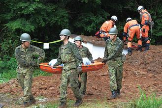消防隊と自衛隊による合同土砂災害救助訓練