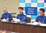 模擬記者会見で被害状況を説明する加藤市長(中央)