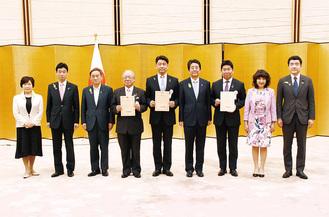 認定証の授与後、安倍晋三総理らと記念写真に収まる加藤市長(中央)=内閣総理大臣官邸
