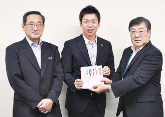 左から高内敏治校長、秋山社長、林常務理事
