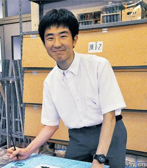 美術室でキャンバスに向かう岩本さん