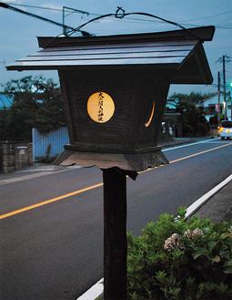 8月17日までの期間中、当番制で灯篭に火が灯される