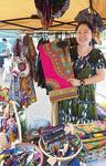 カミイチでチテンジ製品を販売する青木さん