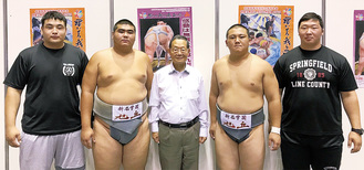 水野浩校長・先輩と野地さん(右から2番目)とムンクさん(左から2番目)