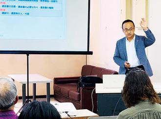 セミナー会場で資料を見せながら説明する志澤昌彦さん