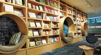 700冊が所蔵されたライブラリーラウンジ