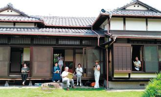 築78年の豊島邸と実行委員ら(中央が平井代表)