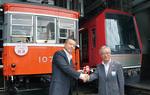 100歳のモハ1形107号と新型の3000系の前で、記念式典が行われた