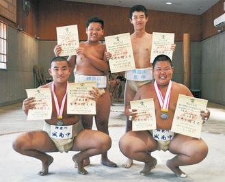 後列が泉中(左)高原さん、松崎さん。前列が城南中(左)米田さん、依田さん小田原相撲連盟所属として旭丘高で練習している
