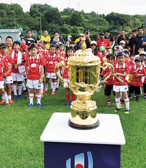 エリスカップに熱い視線を送るラグビースクールの選手たち=ミクニ小田原事業所グラウンド