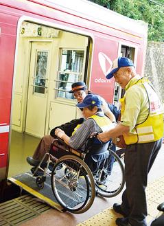 箱根湯本駅で電車の降車体験をする参加者
