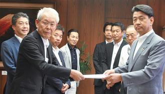 加藤市長に要望書を手渡す杉崎代表理事(左)