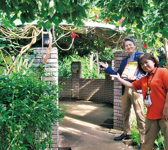 「熱帯植物の中で、自由に落書きを楽しんで」小島取締役(左)と、田代博美園長