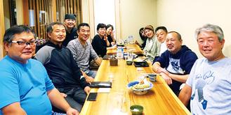 クラス会を兼ねた祝勝会には、父親の雅樹さん(左手前から2番目)の姿も