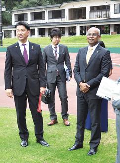 加藤市長(左)の説明を聞きながら城山陸上競技場を視察するソーリフ大統領(右)