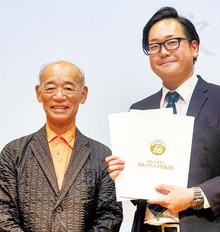 富野会長(左)と箱根町観光協会の職員