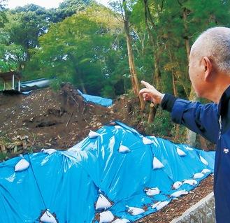 土砂崩落現場を見つめる瀬戸さん