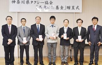 県タクシー協会の伊藤会長(左端)と寄付を受けた福祉団体の代表者ら