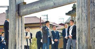 大鳥居を案内する芹澤さん=小田原林青会提供
