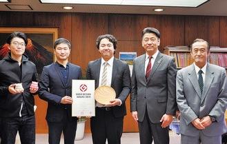 加藤市長(右から2人目)を表敬訪問した、左からHameeの椿谷勇次さん、樋口社長、薗部産業の薗部さん、薗部利弘社長