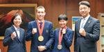 受賞報告のため表敬訪問したクレイさんと高島さん(中央)