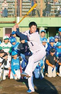 ロングティーを披露する山田選手