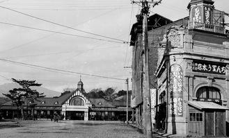 開業当時の小田原駅。屋根上に展望塔が見える。駅前は土産物屋が立ち並んでいた写真提供:オクツ薬局